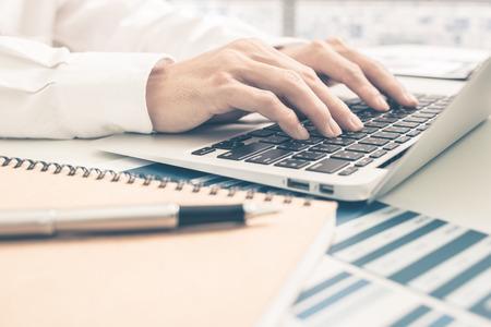 Man Analyse Business Report. Comptabilité Banque d'images - 51957263