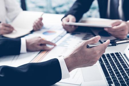 Bedrijfsadviseur die financiële cijfers analyseren die de vooruitgang in het werk van het bedrijf aanduiden
