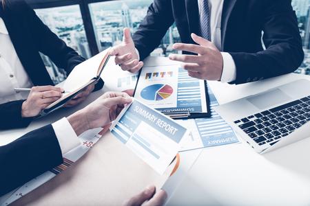 Groep van mensen uit het bedrijfsleven bezig bespreking van de financiële materie tijdens vergadering Stockfoto