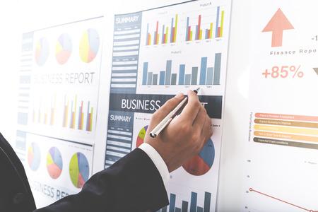 Biznesmen analizowania wykresów inwestycyjnych. Księgowość Zdjęcie Seryjne