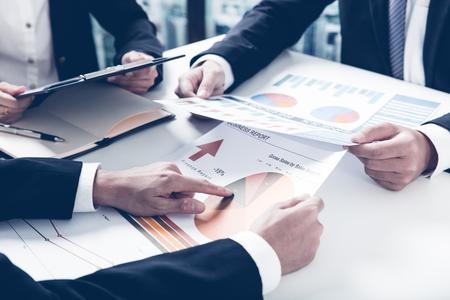 reuniones empresariales: La gente de negocios en discusiones sobre los cuadros y gráficos que muestran los resultados de su trabajo en equipo éxito