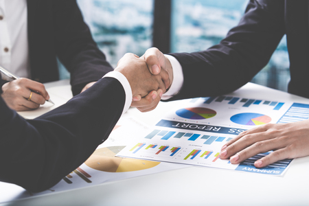 hand shake: Apretón de manos y la gente de negocios