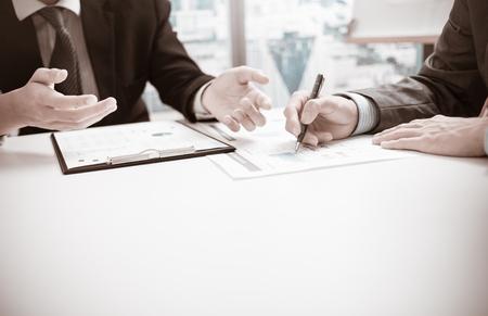 Blick auf Bericht und eine Diskussion im Büro Zwei Geschäftsleute. Standard-Bild - 52353137