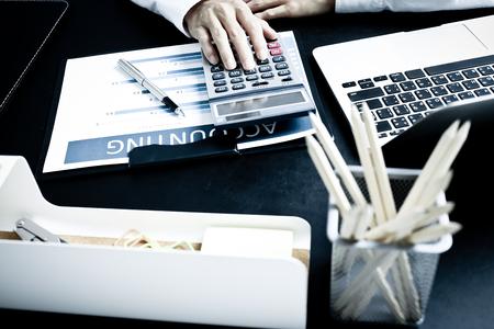 contabilidad financiera cuentas: Empresario informe muestran el análisis, el concepto de rendimiento empresarial Foto de archivo