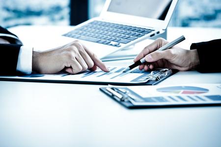ejecutivo en oficina: La gente de negocios en discusiones sobre los cuadros y gr�ficos que muestran los resultados de su trabajo en equipo �xito