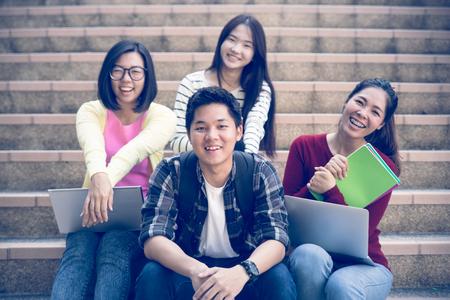 행복 한 하이 틴 고등학교 학생 야외에서의 그룹 스톡 콘텐츠
