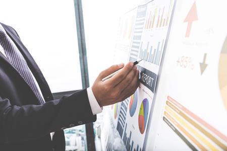 Biznesmen analizowania wykresów inwestycyjnych. Księgowość