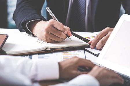 Conseiller en affaires en analysant des données financières indiquant les progrès dans le travail de l'entreprise Banque d'images - 54430624