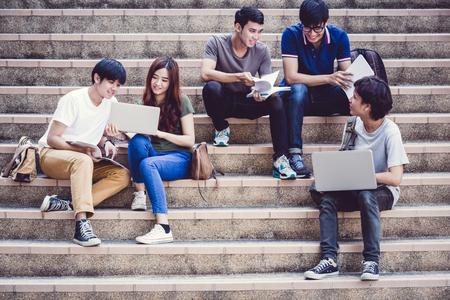 Grupo de adolescentes felices estudiantes de secundaria al aire libre