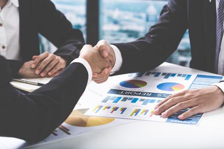 reuniones empresariales: Apretón de manos y la gente de negocios