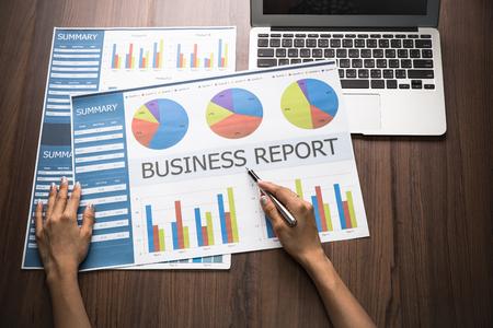 registros contables: de negocios sentado en su escritorio de trabajo en la oficina de comprobación y análisis de un informe. Contabilidad Foto de archivo