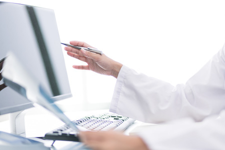 pacientes: Doctor mujer mirando la radiografía de rayos X en la habitación del paciente