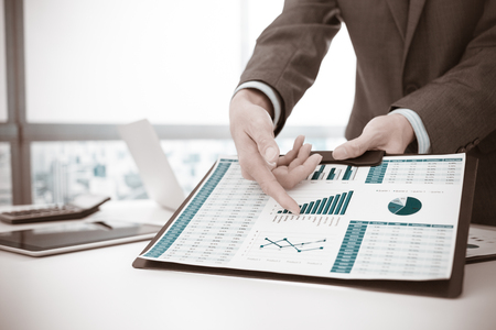 사업가 투자 차트를 분석. 회계 스톡 콘텐츠