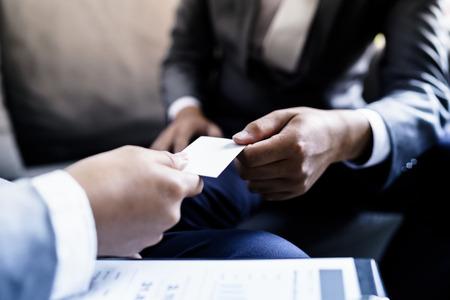 dirigeant d'entreprise échangeant une carte de visite