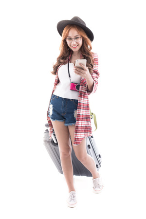 Azjatyckie kobieta z walizką na białym tle.