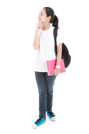 책과 함께 젊은 아시아 학생 소녀. 흰색 배경에 고립.