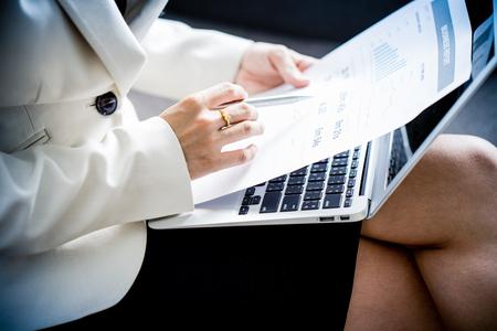 Les femmes d'affaires en revue les données dans les graphiques financiers et graphiques