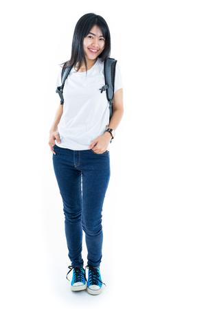 Jonge Aziatische student meisje met boek. Geïsoleerd op een witte achtergrond.