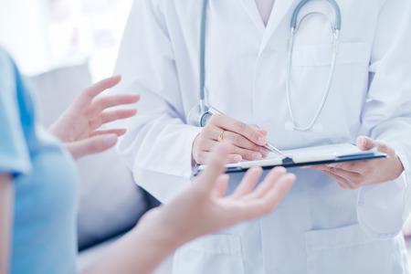 Médico mulher, falando, com, dela, macho, paciente, em, escritório