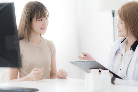 Doctor explaining diagnosis to her female patient. Asian people Banque d'images