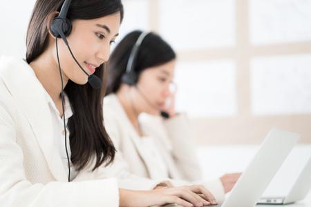 콜센터에서 근무하는 아시아 젊은 여자 스톡 콘텐츠 - 87178065