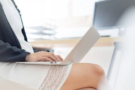 Business woman using a laptop computer at office Banque d'images