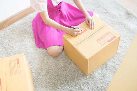 Young Asian woman working online shopping at home office, Packaging and delivery scene Banque d'images