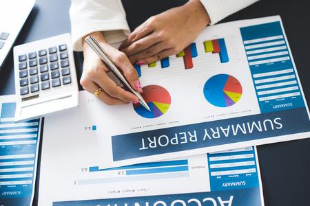 Bedrijfsvrouwen die gegevens in financiële verklaring herzien. Boekhouding