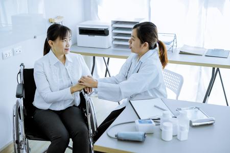 Hand van arts geruststellend haar vrouwelijke patiënt Stockfoto