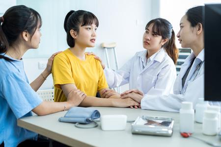 Hand des Arztes, der ihre Patientin beruhigt Standard-Bild
