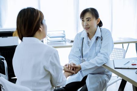 Ręka lekarza uspokaja pacjentkę