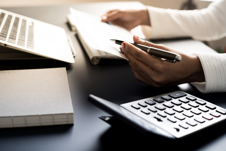 Kobiety biznesu przeglądające dane w sprawozdaniu finansowym. Księgowość