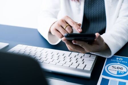 Business woman using mobile phone in office Stockfoto