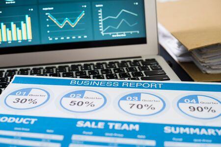 Mostrando informe comercial y financiero. Contabilidad Foto de archivo