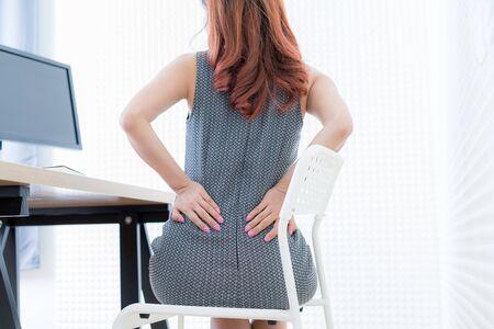 Donna d'affari con mal di schiena. Sindrome dell'ufficio