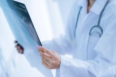 Asia Woman Doctor Guardando la radiografia a raggi X nella stanza del paziente