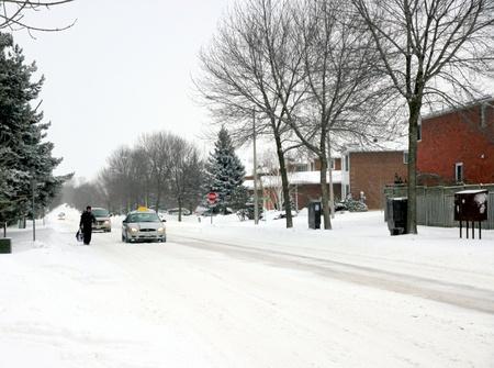 adverso: Toronto, Canad�, 2 de febrero de 2011 - Un �rea suburbana de Toronto despu�s de una tormenta de nieve
