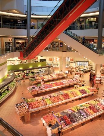 トロント、カナダ、2012 年 7 月 1 日 - トロントの近代的なスーパー マーケット