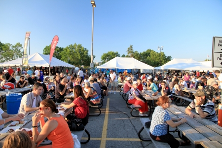 bar b que: Toronto, Canada, July 7, 2012 - Crowd eating during the annual Rotary Club Ribfest in Markham, Ontario