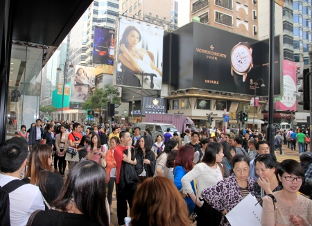 Hong Kong, April 3, 2012 - People queuing outside a clothing store in Hong Kong 報道画像