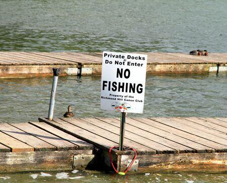 Een no fishing sign in een meer in Ontario Stockfoto