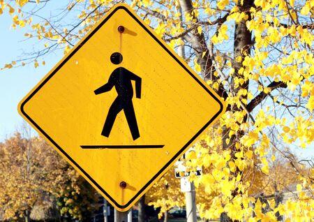 pedestrian sign: Un segno pedonale in una giornata di sole di autunno