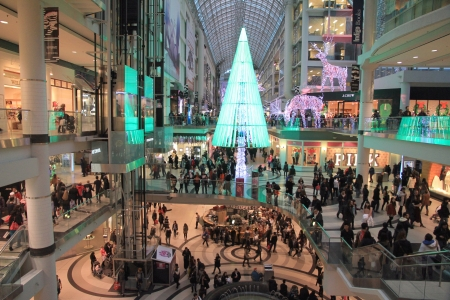 A view of the Chrismas shopping at the Eaton Center in Toronto 報道画像