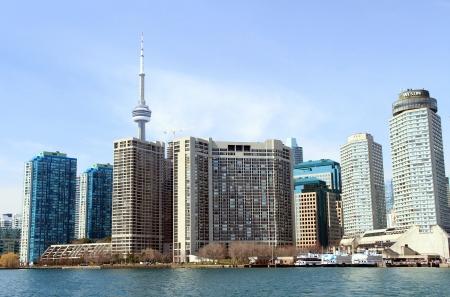 censo: TORONTO - 09 de abril: El horizonte de la ciudad el 9 de abril de 2013 en Toronto. Toronto cuenta con 2,6 millones de habitantes, seg�n el censo de 2011, y es actualmente la quinta ciudad m�s poblada de Am�rica del Norte