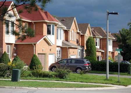 suburban street on September 4, 2013 in Richmond Hill, Canada 報道画像