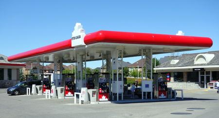 2013 年 9 月 5 日にトロントの 2008 年、ペトロ ・ カナダのペトロ ・ カナダのガソリン スタンドはカナダ s 11 最大会社