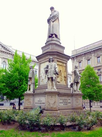 MILAN, ITALY - APRIL 12, 2014  Leonardo Da Vinci monument in Piazza della Scala, in front of Palazzo Marino, Milan s city hall, Italy  Banco de Imagens - 29910573