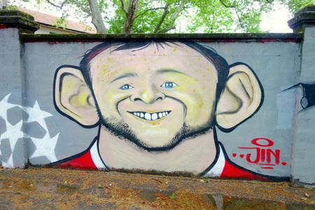ミラノ, イタリア - 2014 年 4 月 19 日イタリア、ミラノのサン ・ シーロ スタジアム外 Wayne Rooney 落書き