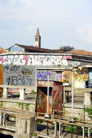 to degrade: MILAN, Italia - 23 de abril 2014: Pintada urbana y degradar en la zona de Navigli en Mil�n, Italia