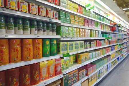 トロント, カナダの中国のスーパーでお茶のパッケージの選択